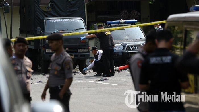 Tim gabungan Inafis dan Labfor melakukan olah TKP di Mapolrestabes Medan pascabom bunuh diri yang dilakukan seorang pemuda, di Medan, Sumatera Utara, Rabu (13/11/2019). Akibat peristiwa tersebut pelaku tewas dan melukai empat personel kepolisian yang berjaga.  TRIBUN MEDAN/DANIL SIREGAR