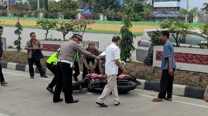 Pihak kepolisian saat melakukan olah TKP lokasi korban Golfrid ditemukan. TRIBUN MEDAN/M ANDIMAZ KAHFI