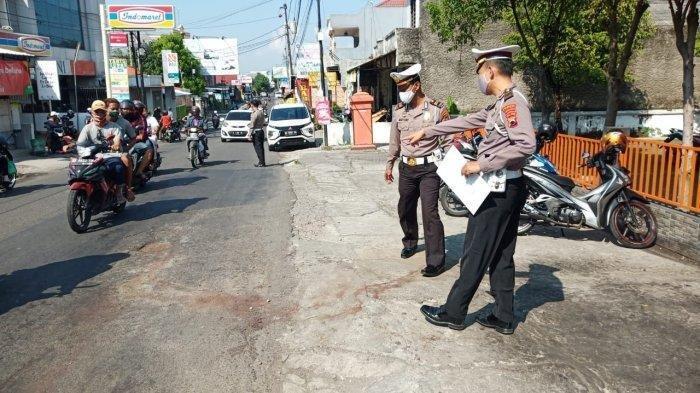 Polisi melakukan olah TKP kejadian di jalan Tangkuban Perahu, tepatnya depan kantor Pos Mojosongo, Jumat (12/6/2020).