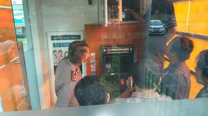 Polisi melakukan olah TKP tempat kejadian perkara percobaan perusakan mesin ATM.