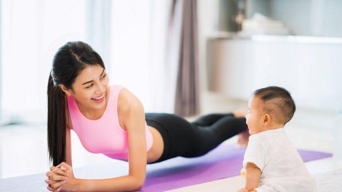 Olahraga bersama buah hati bisa dilakukan ibu menyusui yang ingin menurunkan berat badan.