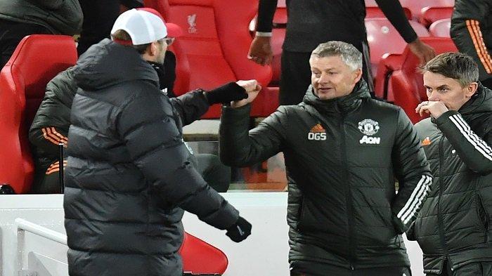 Manajer Manchester United asal Norwegia, Ole Gunnar Solskjaer (kanan) menunjuk manajer Liverpool Jerman Jurgen Klopp (kiri) setelah pertandingan sepak bola Liga Utama Inggris antara Liverpool dan Manchester United di Anfield di Liverpool, barat laut Inggris pada 17 Januari 2021. Pertandingan selesai 0 -0.