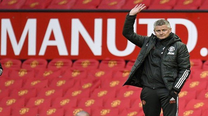 Manajer Manchester United Norwegia Ole Gunnar Solskjaer memberi isyarat di tepi lapangan selama pertandingan sepak bola Liga Utama Inggris antara Manchester United dan Leicester City di Old Trafford di Manchester, Inggris barat laut, pada 11 Mei 2021.
