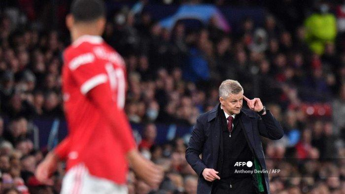 Manajer Manchester United asal Norwegia Ole Gunnar Solskjaer meneriakkan instruksi kepada para pemainnya dari pinggir lapangan selama pertandingan sepak bola grup F Liga Champions UEFA antara Manchester United dan Villarreal di stadion Old Trafford di Manchester, barat laut Inggris, pada 29 September 2021.