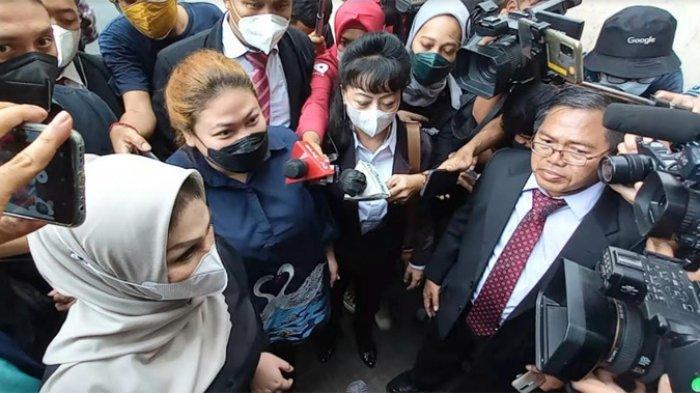 Olivia Nathania (berbaju biru dan masker hitam) tiba di gedung Ditreskrimum Polda Metro Jaya, Semanggi, Jakarta Selatan, Senin (11/10/2021) pukul 11.50 WIB didampingi pengacaranya, Susanti Agustina.