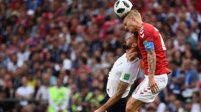 Bek Denmark, Simon Kjaer berduel dengan penyerang Perancis Olivier Giroud dalam laga terakhir grup C Piala Dunia 2018, Selasa (26/6/2018).