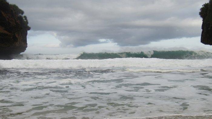ILUSTRASI Peringatan dini gelombang tinggi - Ombak di Pantai Greweng, Kecamatan Girisubo, Kabupaten Gunung Kidul, DI Yogyakarta, Kamis (13/6/2019).