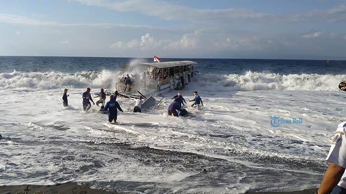 Ombak Tinggi di Pelabuhan Tribuana, Penumpang Fast Boat Dialihkan ke Pelabuhan Padang Bai