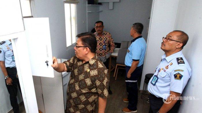 Anggota Ombudsman RI Adrianus Eliasta Meliala (kiri), bersama Kepala Kanwil Kemenkumham Jawa Barat Liberti Sitinjak (dua kiri), dan Kepala Lapas Sukamiskin, Abdul Karim (tiga kiri) meninjau kamar tahanan narapidana koruptor mantan Ketua DPR Setya Novanto di Lapas Kelas 1 Sukamiskin, Jalan AH Nasution, Kota Bandung, Jumat (20/12/2019). Dari sejumlah kamar tahanan yang ditinjau Adrianus seluruh pintunya dalam keadaan tidak dikunci karena sedang dalam proses renovasi, sedangkan dua kamar yang ditempati M Nazaruddin dan Ketua DPR Setya Novanto pintunya digembok. Sehingga untuk melihat ke dalam kamar tersebut petugas lapas terpaksa harus membukanya menggunakan palu dan mesin pemotong besi. Kunjungan Ombudsman RI itu, untuk meninjau renovasi kamar tahanan yang ada di Lapas Kelas 1 Sukamiskin. TRIBUN JABAR/GANI KURNIAWAN (TRIBUN JABAR/GANI KURNIAWAN)
