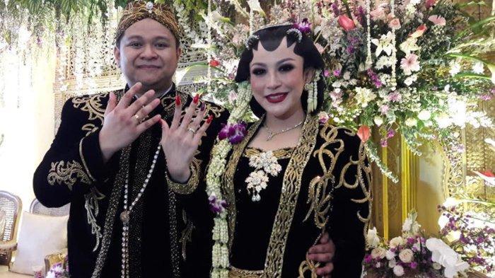 Pedangdut Nabila Gomes dan suaminya, Muhammad Reza memperlihatkan ekspresi bahagia  usai resmi menjadi suami istri.