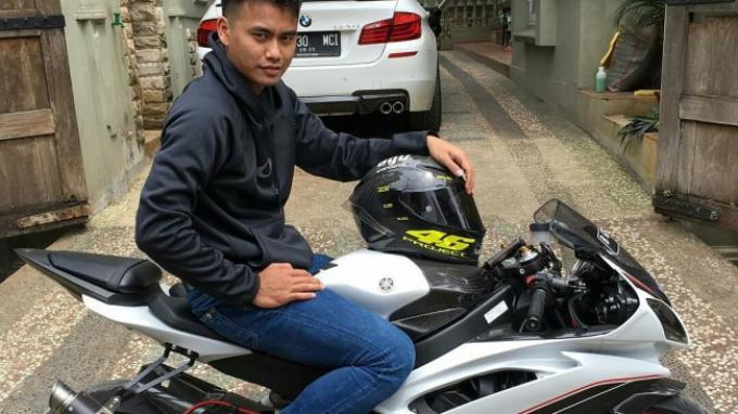 Pebulutangkis Tontowi Ahmad Mejeng Bareng Yamaha YZF-R6