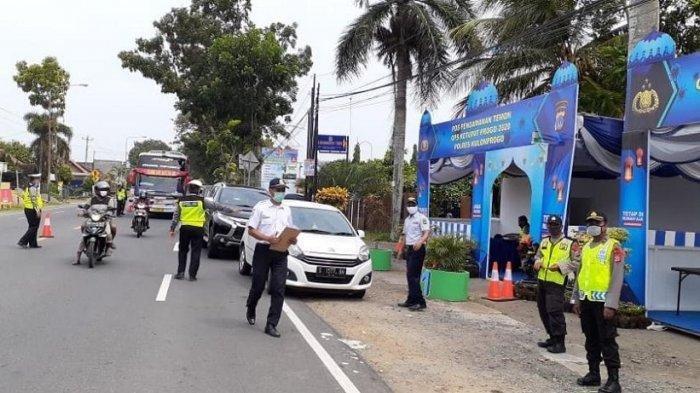 IIustrasi: Ditlantas Polda DIY saat melaksanakan operasi ketupat 2020, Sabtu (25/4/2020). Hingga hari kedua pelaksanan operasi tersebut, polisi setidaknya telah memutar balikkan sebanyak 97 kendaraan yang akan masuk ke wilayah setempat.