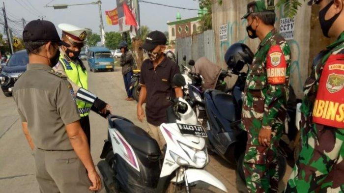Petugas Gabungan Menegur Pengendara yang Tidak Tertib Saat Operasi Ketupat Jaya 2021 di Bojonggede