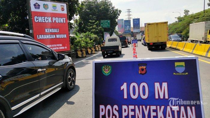 Petugas melakukan pemeriksaan kendaraan dari luar kota yang masuk Kota Bandung di Check Poin Kendali Larangan Mudik Lebaran 2021 di gerbang Tol Mohammad Toha, Kota Bandung, Kamis (6/5/2021). Operasi penyekatan larangan mudik Lebaran 2021 di Kota Bandung telah resmi berlaku mulai 6 - 17 Mei 2021 di delapan lokasi, yakni gerbang Tol Buahbatu, Tol Pasteur, Tol Mohammad Toha, Tol Kopo, Tol Pasirkoja, kawasan Cibeureum, Terminal Ledeng, dan kawasan Bundaran Cibiru. (TRIBUN JABAR/GANI KURNIAWAN)