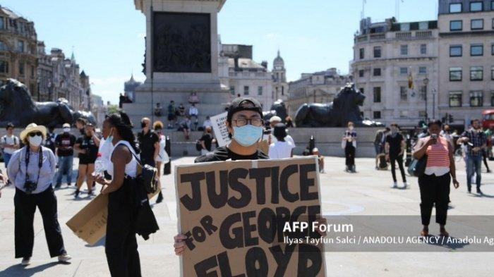 Orang-orang berkumpul dalam aksi protes atas kematian George Floyd, di Trafalgar Square pada 31 Mei 2020 di London, Inggris.