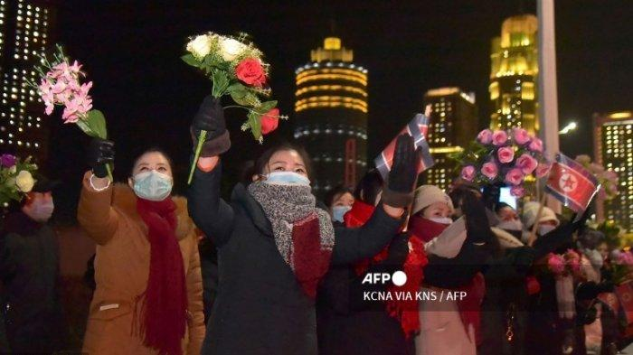 Gambar ini diambil pada 14 Januari 2021 dan dirilis dari Kantor Berita Pusat Korea (KCNA) resmi Korea Utara pada 15 Januari menunjukkan orang-orang menghadiri parade militer merayakan Kongres ke-8 Partai Pekerja Korea (WPK) di Pyongyang.