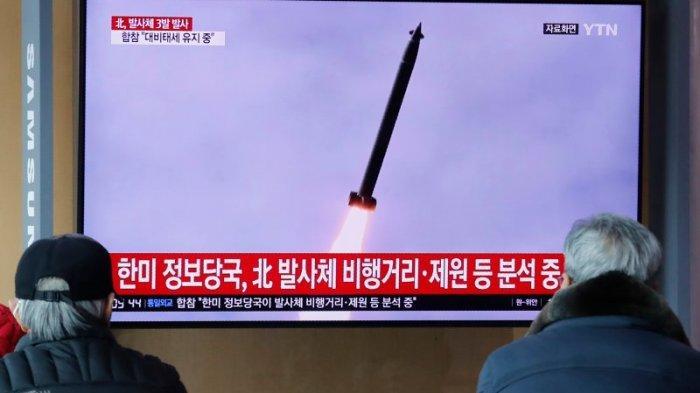 Orang-orang menonton TV yang menunjukkan gambar file peluncuran rudal Korea Utara yang tidak ditentukan selama program berita di Stasiun Kereta Api Seoul di Seoul, Korea Selatan, Senin, 9 Maret 2020. Korea Utara menembakkan tiga proyektil tidak dikenal di lepas pantai timur pada hari Senin, Militer Korea Selatan mengatakan, dua hari setelah Korut mengancam akan mengambil tindakan