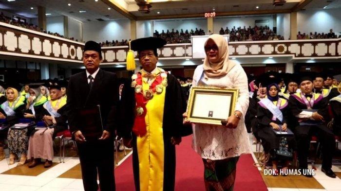 Orang tua Irza Laila Nur Trisna bersama Rektor UNS Solo, Jamal Wiwoho saat wisuda di UNS, Sabtu (24/8/2019). (Dok UNS)