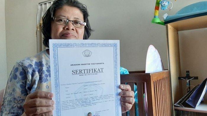 Lucia Martini menunjukkan sertifikat milik anaknya, Ignatius Leyola Andinta Denny Murdani. Denny hilang kontak saat mengikuti PKL di Bali 9 tahun lalu. Denny merupakan siswa SMK N 1 Sanden, Bantul, Rabu (4/9/2019)