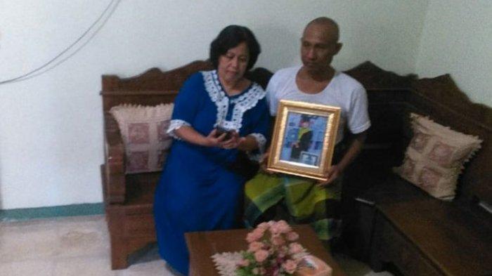 Sartono (kanan) dan istri, terus menunggu kedatangan Ayu Winda pasca masa karantina.