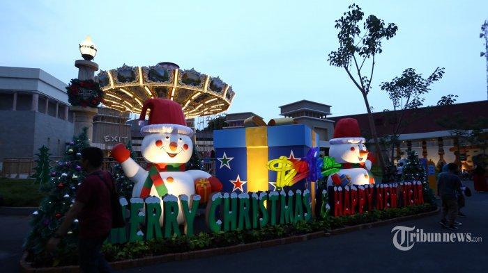 Ornamen Natal 2019 dan Tahun Baru 2020 terpasang di kawasan Dunia Fantasi (Dufan), Taman Impian Ancol, Jakarta Utara, Sabtu (21/12/2019).