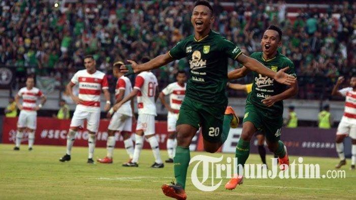 Osvaldo Haay dan Irfan Jaya merayakan gol Persebaya saat laga Persebaya vs Madura United pada leg pertama babak 8 besar Piala Indonesia di Stadion Gelora Bung Tomo Surabaya, Rabu (19/6/2019)