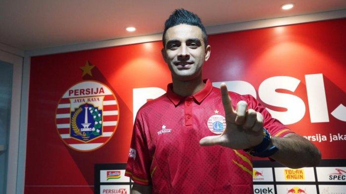 Pemain baru Persija Jakarta, Otavio Dutra saat diperkenalkan menjadi pemain baru di Kantor Persija, Kuningan, Jakarta Selatan. (Media Persija).