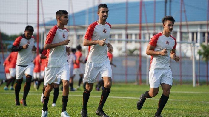 Bek Persija Jakarta, Otavio Dutra (tengah) menjalani latihan didampingi dua pemain seleksi Thiago Apolina Pereira (kanan) dan Maike Henrique Irine De Lima (kiri) di Lapangan PSAU TNI AU, Halim Perdanakusuma, Jakarta Timur.