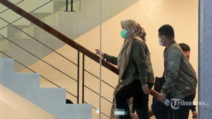 Bupati Kolaka Timur, Sulawesi Tenggara Andi Merya Nur tiba di gedung KPK, Jakarta, Rabu (22/9/2021). Andi Merya bersama sejumlah pihak dibawa ke KPK untuk menjalani pemeriksaan pasca terjaring operasi tangkap tangan (OTT) dengan dugaan perkara terkait dana bantuan dari Badan Nasional Penanggulangan Bencana (BNPB). TRIBUNNEWS/IRWAN RISMAWAN
