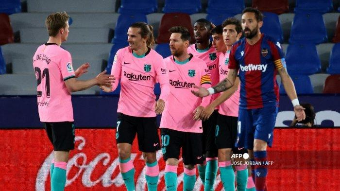 Penyerang Prancis Barcelona Ousmane Dembele (tengah) merayakan dengan rekan satu tim setelah mencetak gol selama pertandingan sepak bola liga Spanyol Levante UD melawan FC Barcelona di stadion Ciutat de Valencia di Valencia pada 11 Mei 2021.