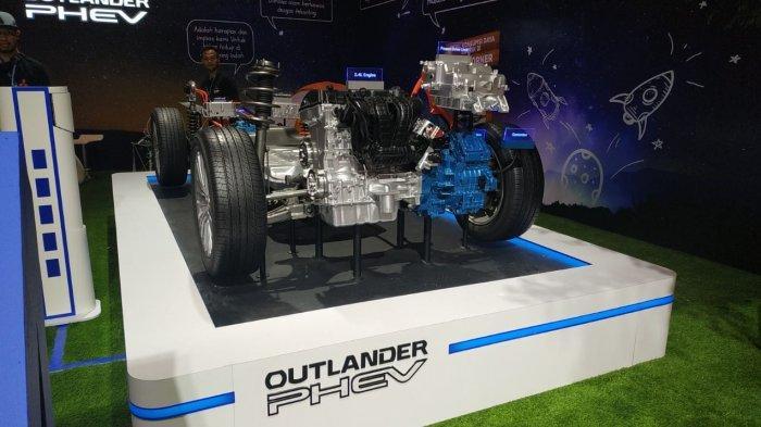 Penampang powertrain dan modul baterai di Outlander PHEV saat dipamerkan di booth Mitsubishi Motors di GIIAS 2019, Sabtu (20/7/2019).
