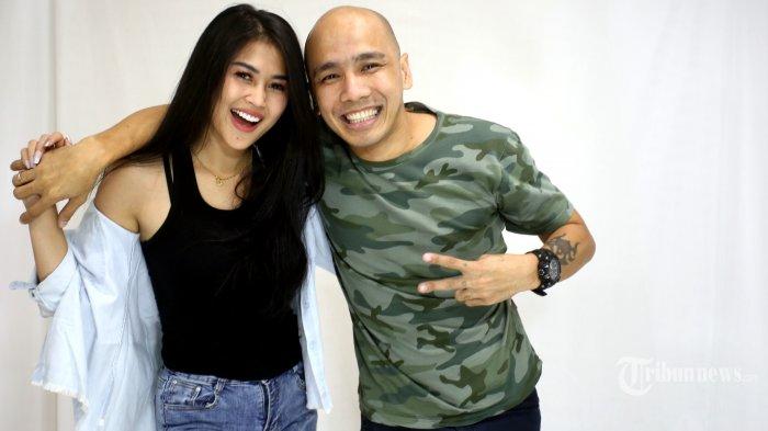 Penyanyi eks Duo Serigala Ovi Sovianti bersama Suami Franky Roring difoto saat berkunjung ke Kantor Redaksi Tribunnews/Warta Kota, Palmerah Barat, Jakarta Pusat, Jumat (11/9/2020). (Warta Kota/Angga Bhagya Nugraha)