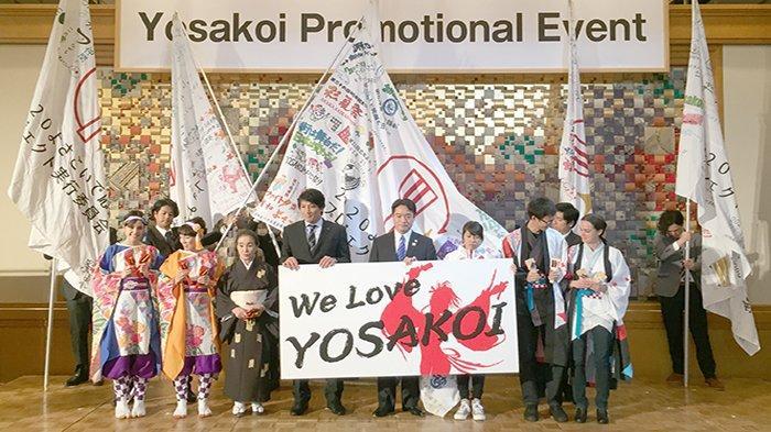 Ozaki Masanao (52) Gubernur Kochi (tengah poster We Love Yosakoi) membuka Festival promosi Yosakoi, Senin malam (28/10/2019) di Tokyo.