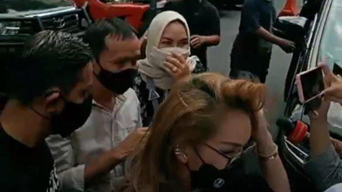 BREAKING NEWS, Orangtua Ayu Ting Ting Diperiksa Polisi Sebagai Saksi Kasus Penghinaan Haters
