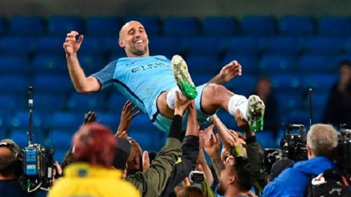 Pablo Zabaleta dilempar ke udara oleh para pemain Manchester City