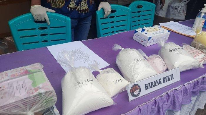 Barang bukti kasus pembuatan kosmetik ilegal di Bekasi dan suasana tampak dalam pabrik yang berisi bahan baku serta alat produk sederhana.
