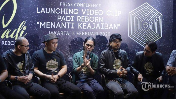 Grup musik Padi Reborn yang beranggotakan Fadly, Piyu, Ari, Yoyo, dan Rindra meluncurkan single kedua pada album Indera Keenam yang berjudul Menanti Keajaiban, di Brewerkz, Senayan City, Jakarta Pusat, Rabu (5/2/2020). Single Menanti Keajaiban juga dibuatkan versi film pendek dan video klip yang disutradarai oleh Angga Dwimas Sasongko. Tribunnews/Herudin