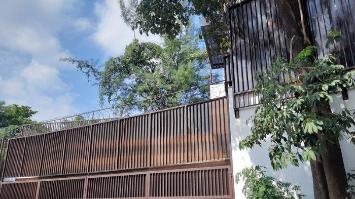 Pagar depan dari rumah di Jalan Simprug Golf 17 Nomor 1, Jakarta Selatan. Di sini KPK kabarnya menangkap buronan Nurhadi.