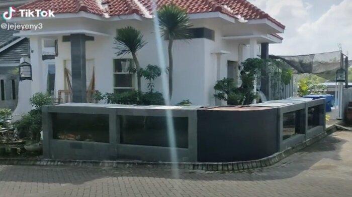 Video pagar rumah dari kolam ikan koi, viral di media sosial.