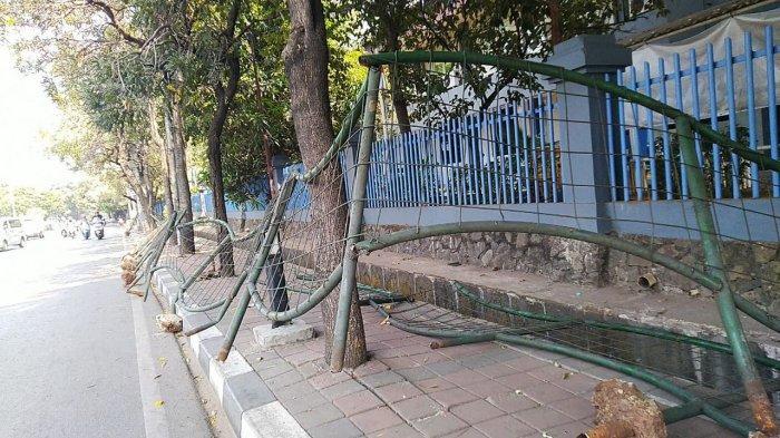 Demo Anarkis, Sejumlah Fasilitas Publik di Sekitar Gedung DPR Rusak, Batu Berserakan di Jalanan