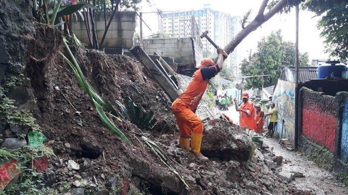 Hujan Deras Bikin Pagar Rumah di Lenteng Agung Roboh, Puluhan Mobil Tak Bisa Keluar