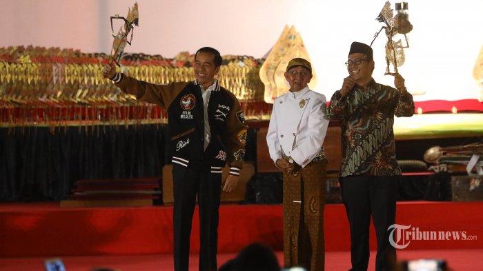 Pesiden Joko Widodo (kiri) bersama dalang Ki Manteb Soedharsono (tengah) saat acara Pagelaran Wayang Kulit di Istana Merdeka, Jalan Medan Merdeka Utara, Jakarta Pusat, Jumat (2/8/2019). Pagelaran wayang ini bertema 'Kresna Jumeneng Ratu'.