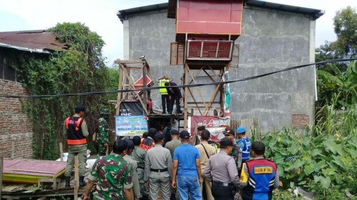 Meresahkan, Polisi-TNI Robohkan dan Bakar Belasan Pagupon di Surabaya