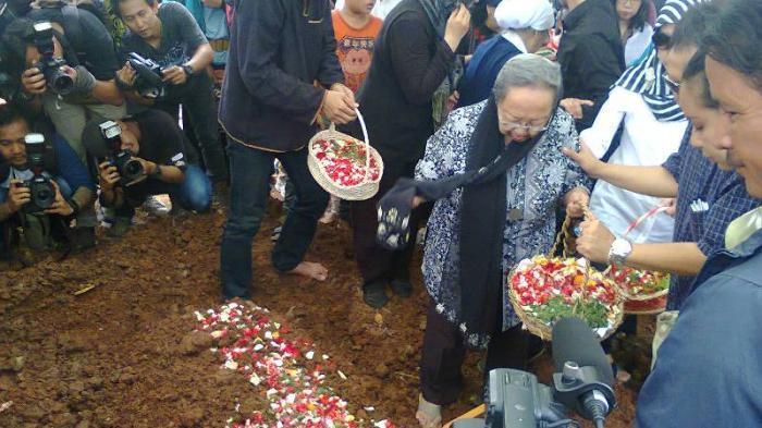 Pemakaman Pak Raden Hanya Dihadiri Keluarga dan Kerabat Dekat