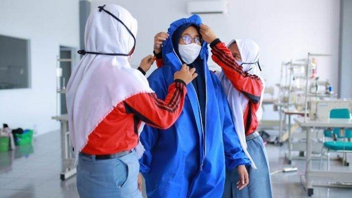 APD dan Hand Sanitizer Buatan Siswa Sekolah di Tiga SMK Diserahkan ke IDI Kudus