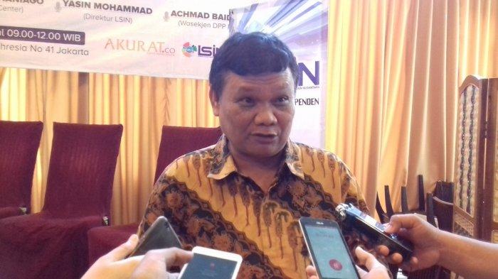 Pakar komunikasi politik Emrus Sihombing di acara diskusi bertajuk 'Berebut Cawapres Jokowi: Peluang Koalisi Nasionalis-Santri' yang digelar di kawasan Gondangdia, Jakarta Pusat, Minggu (11/2/2018).