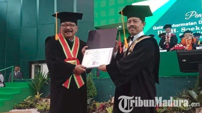 Dapat Gelar Doktor HC Ilmu Pendidikan Islam dari UINSA, Pakde Karwo Ngaku Belum Khatam Jadi Santri