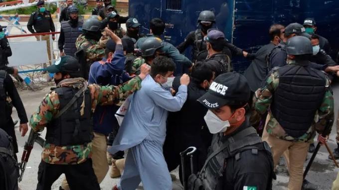 Para dokter Pakistan dipukuli oleh polisi ketika mereka putus asa dari pandemi yang tidak dapat diobati.