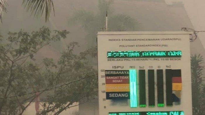 Pencemaran udara akibat kebakaran hutan dan lahan di Kota Palangkaraya berada pada level berbahaya, Minggu (15/9/2019).