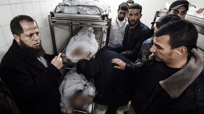 Jasad sejumlah warga Palestina yang tewas pada hari Minggu lalu, telah dibawa ke rumah sakit di Khan Younis.
